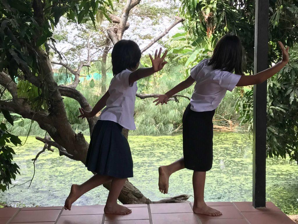 Mädchen, die Tempeltänzerinnen (Apsaras) darstellen