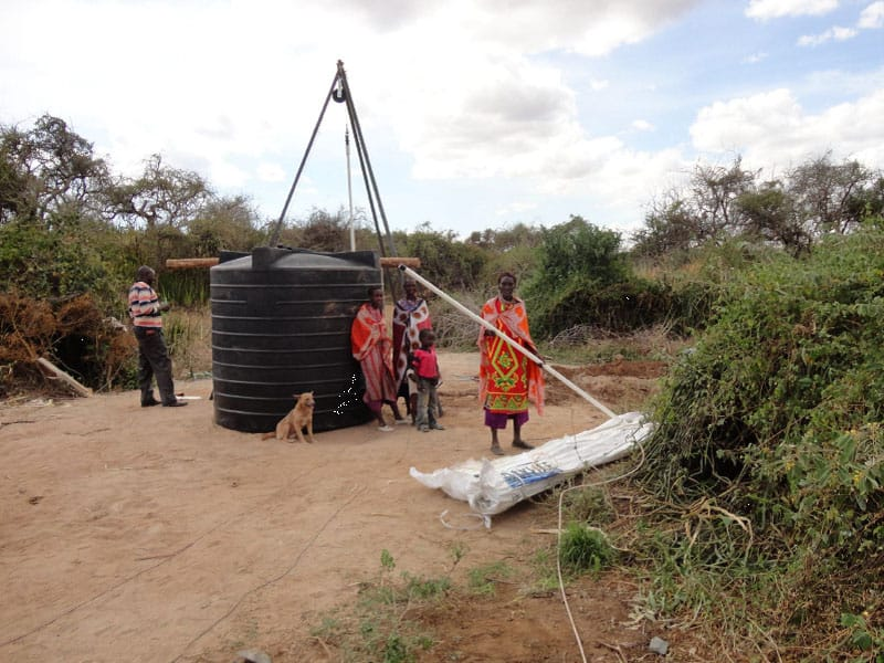 Die Massai-Frauen helfen mit.